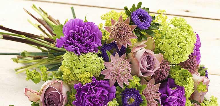 Blumenstrauß in violett, lila und grün