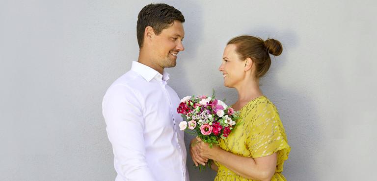 Paar mit Blumenstrauß